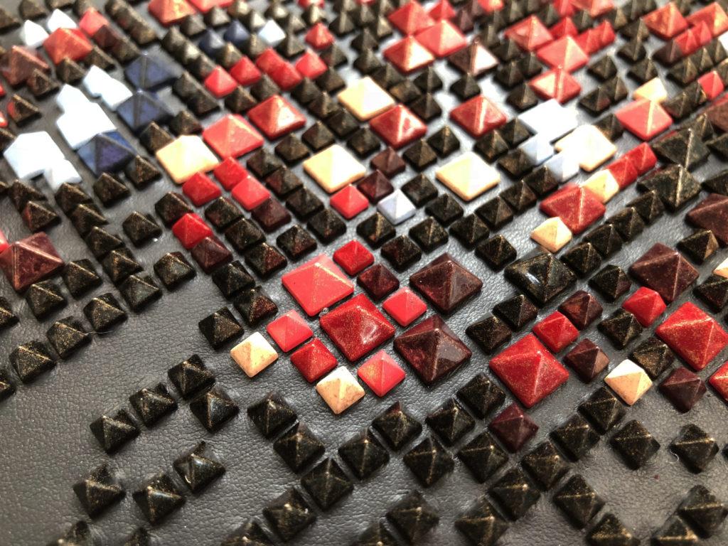 Borchie in ABS di forma piramidale con finitura brush
